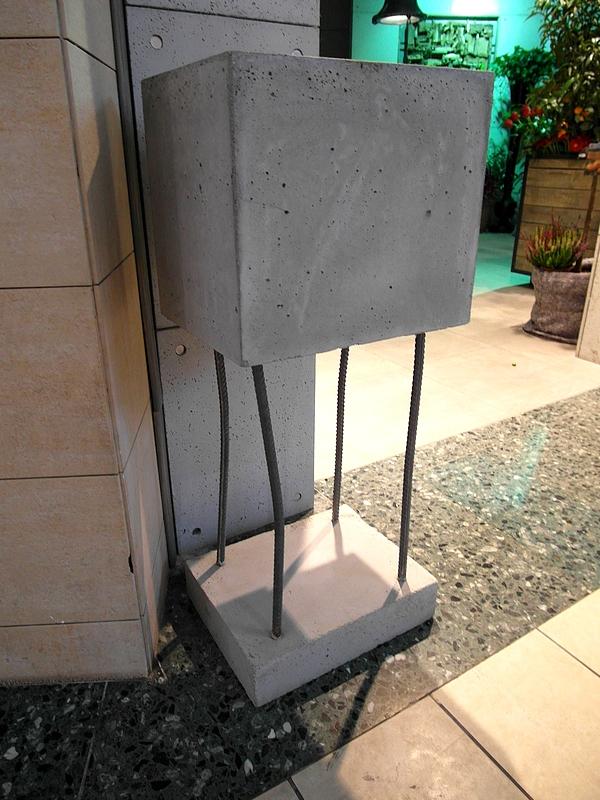 Doniczka z betonu architektonicznego.